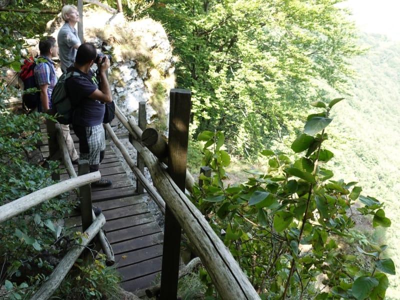 Wir genießen die Aussicht von der Brück über dem Borov Kamak Wasserfall im Naturpark Vrachanski Balkan | Foto: Terolog GmbH