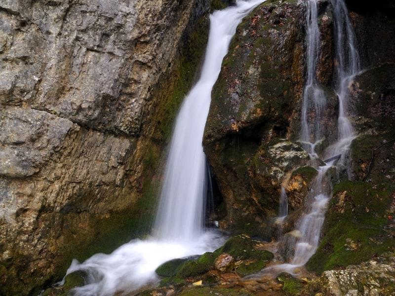 Kleiner Wasserfall am Borov-kamak-Trail - Foto: Vrachanski Balkan Naturpark