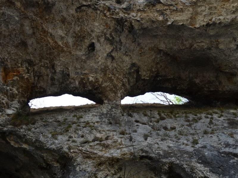 Die schwarzen Löcher oberhalb des Dorfes Bistrets - Foto: Vrachanski Balkan Naturpark
